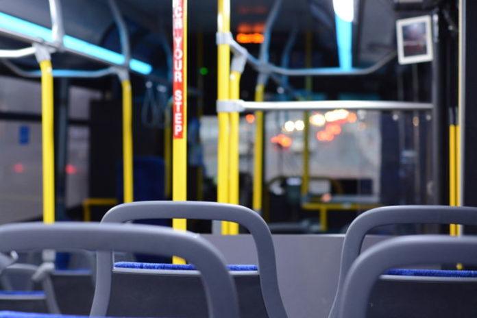 Biletomaty autobusowe i kolejowe – jak usprawniają podróżowanie?