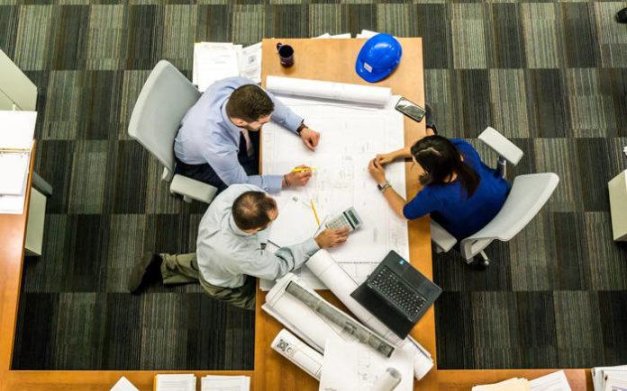 Jak oszczędnie i bezpiecznie zorganizować proces naliczania wynagrodzeń w małym i średnim przedsiębiorstwie?
